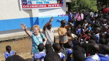 Anneli siunaa vesiprojektia